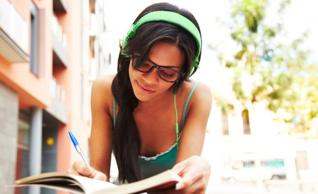 how-to-talk-to-a-woman-who-is-wearing-headphones2